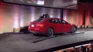 Tesla S auf der Bühne der Akkuwechselstation