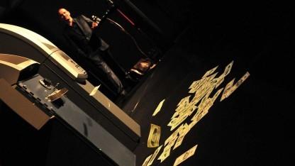 Barnaby Jack hackt Geldautomaten auf der Black Hat 2010.