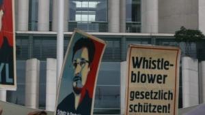 Vor dem Bundeskanzleramt setzen sich Demonstranten für Edward Snowden und Whistleblower ein.