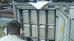Techniker an einem Kabelverzweiger der Deutsche Telekom