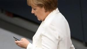 Kanzlerin Merkel hält ihr Handy für abhörsicher.