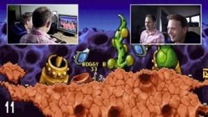 Nick Clarkson und Michael Wieczorek spielen Worms 1.