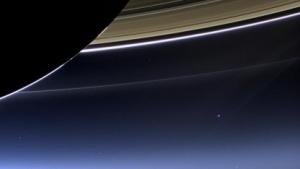 Erde mit Saturn-Ringen: Grelles Sonnenlicht schädigt Kamerasensor.