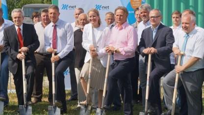 Symbolischer Spatenstich: 1. v. l.: Bürgermeister Fritz Wittmann, daneben der Sprecher der Geschäftsführung von M-net, Jens Prautzsch