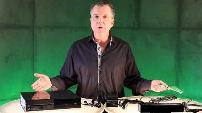Major Nelson öffnet die Xbox-One-Verpackung.