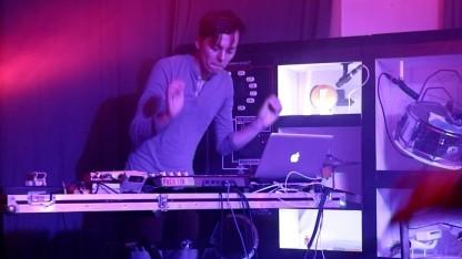Moritz Simon Geist beim Auftritt mit dem TR-808.