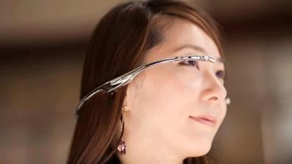 Die Telepathy One ist ein Bügel, der um den Hinterkopf reicht