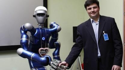 """Mobiler humanoider Oberkörper """"JUSTIN"""" und Professor Vladimir Mulukha"""