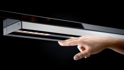 Die Area-Lampe wird mit zwei Fingern gesteuert.