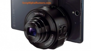 Sonys Objektiv-Kamera-Kombi DSC-QX10 an einem Smartphone