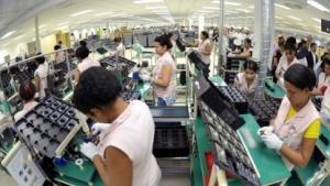 In einer Fabrik müssen Arbeiterinnen bis zu 15 Stunden täglich stehen. Samsung wird dafür verklagt.