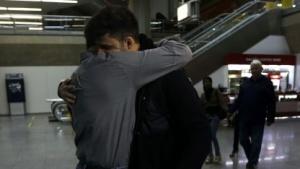 Greenwald (links) begrüßt seinen Partner David Miranda am 19. August 2013 auf dem Flughafen in Rio de Janeiro.