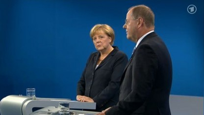 Kritischer Blick: Kanzlerin Merkel verfolgt im TV-Duell die Ausführungen Steinbrücks.