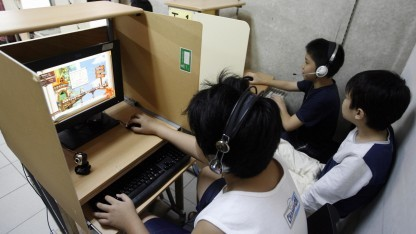 Kinder in einem Internetcafé in Asien
