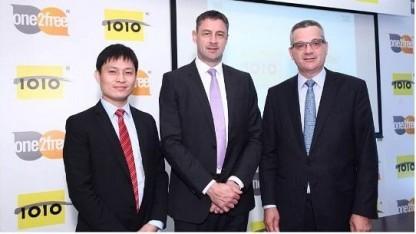Julian Wang, Managing Director ZTE (l.), CSL-Chef Phil Mottram (Mitte) und Christian Daigneault, Chief Technology Officer bei CSL