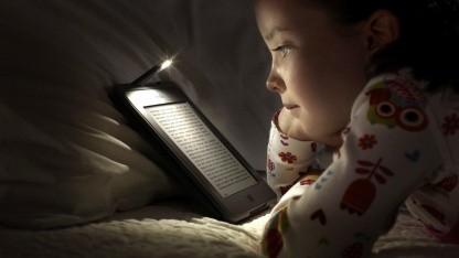 Kind mit E-Book-Reader: Lesegeschwindigkeit und Verständnis signifikant verbessert