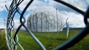 Eine Radarantenne des BND in der Nähe von Bad Aibling