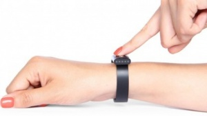 Das Nymi-Armband fertigt ein  Elektrokardiogramm an.