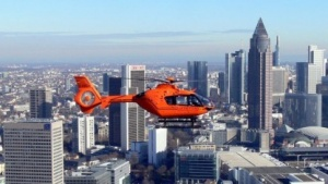 Ein Rettungshubschrauber vom Typ Eurocopter EC 135 T2i vor der Skyline von Frankfurt