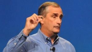 Intel-Chef Brian Krzanich zeigt das Quark-SoC.