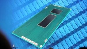Intel-Chef Brian Krzanich zeigt ein Broadwell-MCM.