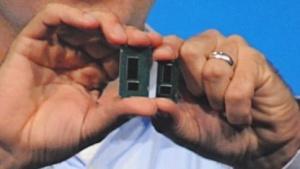 Intel-Vize Kirk Skaugen zeigt einen Broadwell, hier rechts im Bild.