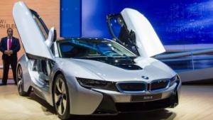 Hybridsportwagen BMW i8: stilisierter Propeller als Logo, BMW