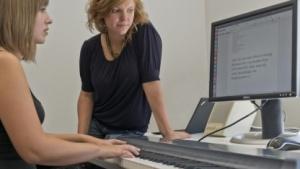 Informatiker um Anna Feit (r.) haben ein Verfahren entwickelt, das die Tasten des Klaviers nutzt, um Texte zu schreiben.