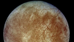 Jupitermond Europa (aufgenommen 1996 von der Raumsonde Galileo): 150 Grad unter null