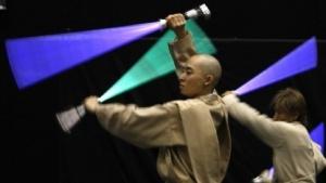 Japanische Schauspieler mit Lichtschwertimitaten: Photonen verhalten sich, als hätten sie Masse.