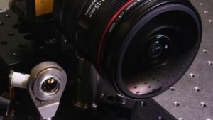 Weitwinkelkamera der Forscher (l.) neben einem Weitwinkel von Canon