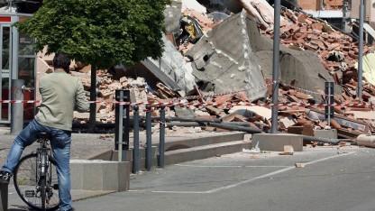 Mann telefoniert mit seinem Handy nach dem Erdbeben von 2012 in Cavezzo, Italien.