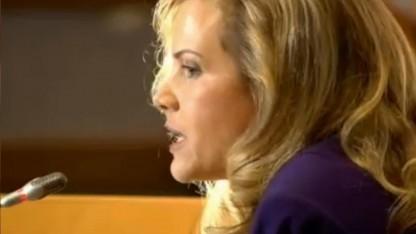 Whistleblower-Rechtsanwältin Jesselyn Radack liest Snowdens Rede vor.