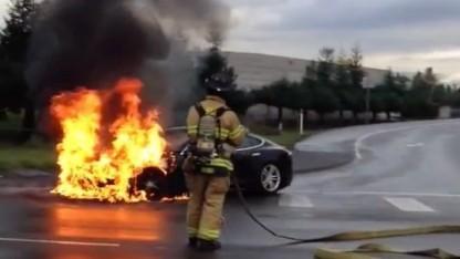 Brennendes Model S von Tesla nach einem Unfall (Symbolbild): Elektrolyt nach 0,4 Sekunden gelöscht