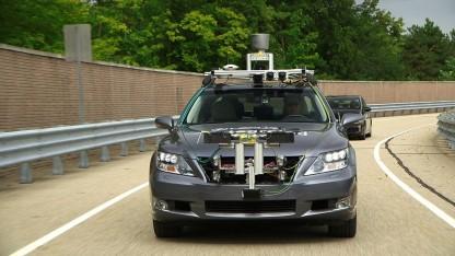 Lexus mit Assistenzsystemen: teilautonomes Auto entlastet Fahrer.