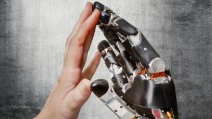 Roboterhand, Hand (Symbolbild): Berührung mit elektrischen Signalen im Gehirn simuliert