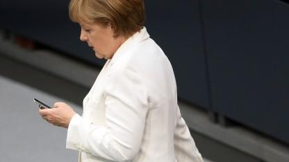 Welches ihrer Handys Merkel wohl gerade benutzt?