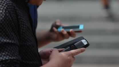 Nutzer an Smartphone und Handy