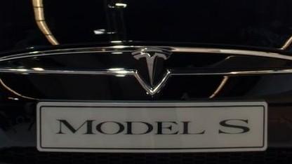 Tesla Motors: Der Autopilot bremst, beschleunigt, hält Abstand und die Spur.