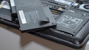 Akku und Festplatte können beim Elitebook 820 G1 leicht entfernt werden.