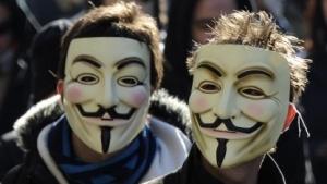 Demonstranten tragen die Guy-Fawkes-Maske, das Symbol von Anonymous.