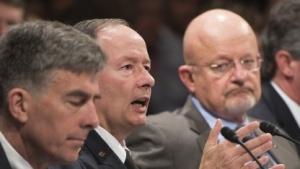 Keith Alexander (M.) und James Clapper (r.) vor dem Geheimdienstausschuss