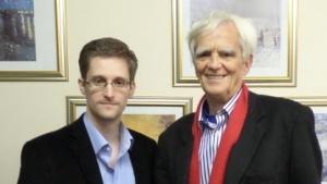Edward Snowden (l.) mit Hans-Christian Ströbele in Moskau