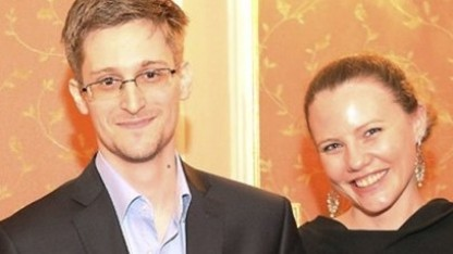 Sarah Harrison neben Edward Snowden in Moskau