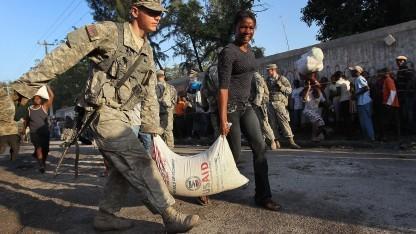 US-Soldat beim Hilfseinsatz auf Haiti 2010: Truppenbewegungen, Nachschub und Hilfseinsatz koordiniert