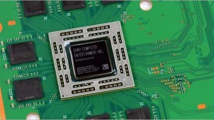 Das SoC der Playstation 4 umrahmt von GDDR5-Speicher