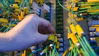 Am Netzwerkschrank bei der 100-GBit/s-Verbindung