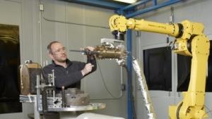 GE-Mitarbeiter mit Cold-Spray-Einrichtung: beliebig große Teile aufbauen