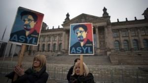 Demonstranten fordern am Montag vor dem Bundestag Asyl für Snowden.