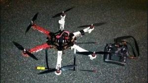Sichergestellter Hexacopter mit Fernsteuerung: beim Überfliegen der Mauer entdeckt.
